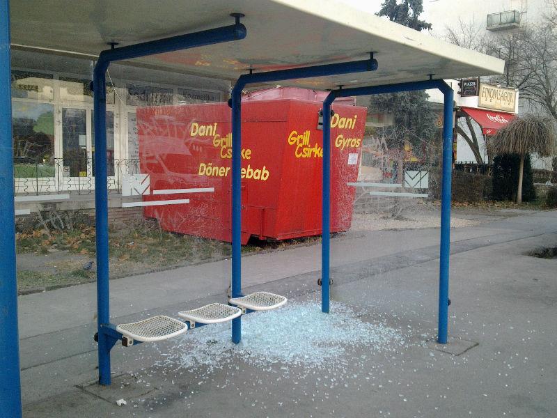 Mit látott a kamera? - Rongálás a buszmegállóban