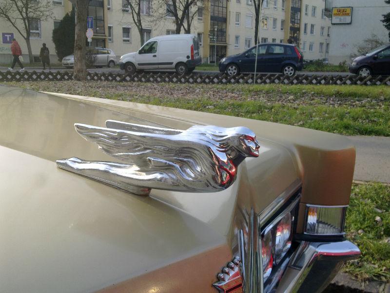 """Egy kis amerikai életérzés a Dési Huber utcából, egy patent állapotban lévő 1969 -es Cadillac deVille képében. Megboldogult ifjúságomban nekem is jó szolgálatot tehetett volna ez a """"jármű"""", amolyan csajozós - bulizós autóként. Bár a disco -ig jól ki kellett volna számolni a benzinköltséget, mivel a 8 hengeres 6964 cm3 -es motor nem mozgatja olcsón a 6 méter hosszú 2 tonnás autót..."""