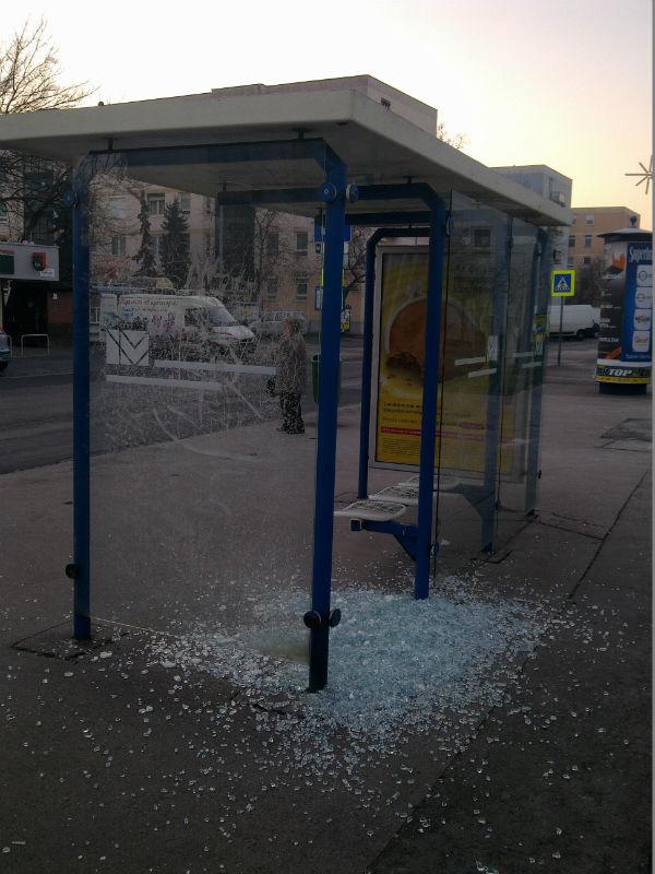 Mit látott a kamera? - Rongálás a buszmegállóban- jozsefattilalakotelep.hu