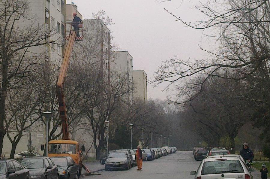 Emelőkosaras autóval dolgoznak a Dési Huber utcában - Figyelem, favágási munkálatok!