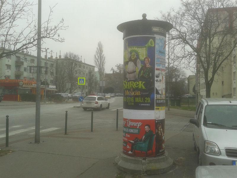 Mahir hirdetőoszlop a Pöttyös utca és Ifjúmunkás utca sarkán