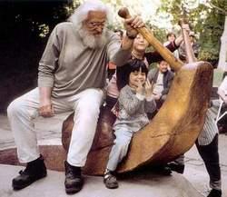 A 8 gyermekes szobrász tudta, hogy mi kell a gyerekeknek