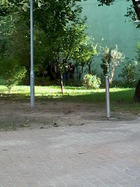 A Terrorelhárítási Központ emberei a bokrokban