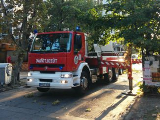 Tűzoltók dolgoznak a Lobogó utcában